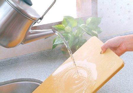 まな板に熱湯をかける