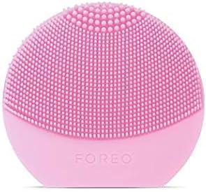 LUNA play plus de FOREO es el cepillo facial recargable de silicona |Pearl Pink| Con pilas recambiables y resistente al agua, el cepillo facial para todo tipo de piel