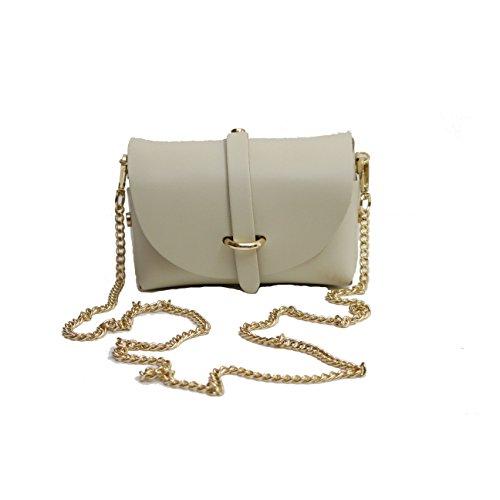 Una borsa a cremagliera crema splendidamente progettata con cinghia di catena in oro dallo zaino e fissaggio a cinghia