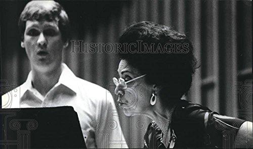 1981 Press Photo Yolanda Marculescu Stern singer instructs. James (1981 Stern)