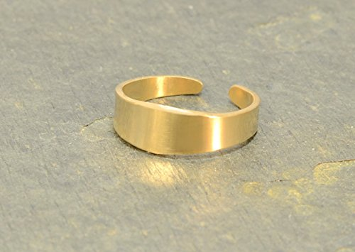 14 K yellow gold tapered toe ring by Metalopia