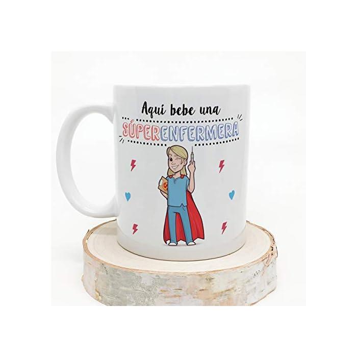 """41 0DPHD gL Las tazas cerámicas de alta calidad como esta, son el mejor regalo original para chicas enfermeras o estudiantes de enfermería. El dibujo de la taza está hecho con una tinta sublime que la hace resistente para microondas y lavavajillas. Color blanco, 11 oz / 350 ml. Estas tazas regalo serán un recuerdo duradero ya sea de compañeros de clase, colegas de trabajo, hijos, amigos, padres… Qué mejor que desayunar juntos con esta Taza de Enfermera y decirle: """"Eres la mejor Enfermera del Mundo"""" Una bonita y colorida taza para enfermeras que… ¡también es multiusos! No hace falta comprar regalos demasiado sofisticados, pues aunque se denominen """"tazas de café"""" o """"tazas de desayuno"""", también se pueden usar para otros líquidos como té o incluso cerveza. Y valen para mucho más, por ejemplo se pueden usar como decoración (como un jarrón de porcelana china) Ideal como regalo para mujeres enfermeras. ! Tu súper enfermera necesita pensar en ti todos los días. Pero… ¿no sabes cómo decirle """"gracias"""" o """"aprecio tu trabajo""""? Bueno, ¿qué mejor manera que con una taza para la Mejor Enfermera del Mundo? Nuestras tazas para regalo son sinónimo de buen precio, mensajes divertidos, colores vivos y calidad. Un regalo original único e inolvidable, resistente al uso diario"""
