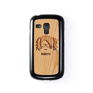 Carved on Wood Nerdette Carcasa Protectora Snap-On en Plastico Negro para Samsung® Galaxy S3 Mini de Chargrilled + Se incluye un protector de pantalla transparente GRATIS