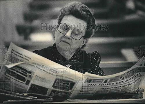 Portland Business Journal - Vintage Photos 1985 Press Photo Kathryn Muehl Reads The Business Section of Milwaukee Journal