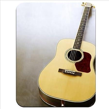 Guitarra acústica de primer plano de marrón y rojo de goma gruesa ...