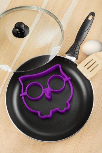 Moule en silicone pour cuire des oeufs sur le plat à la poêle en leur donnant la forme d'un hibou rigolo. - Marque : Fred & Friends