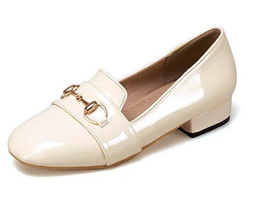 AllhqFashion Damen Rein Lackleder Niedriger Absatz Rund Zehe Ziehen auf Pumps Schuhe Cremefarben