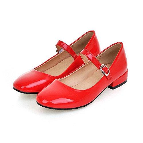 AllhqFashion Damen Niedriger Absatz Rein Schnalle Lackleder Quadratisch Zehe Pumps Schuhe Rot