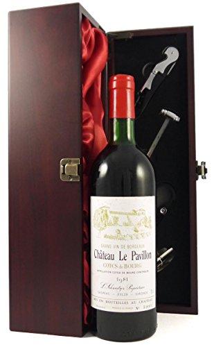Chateau Le Pavillon 1981 Bordeaux in einer mit Seide ausgestatetten Geschenkbox. Da zu vier Wein Zubehör, Korkenzieher…
