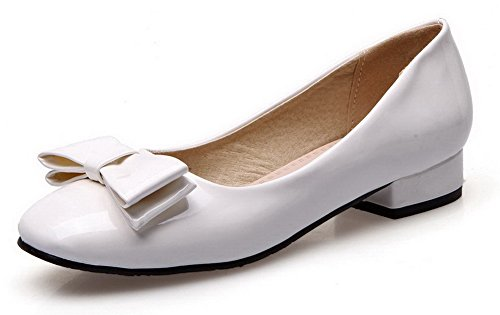 AllhqFashion Damen Lackleder Rund Zehe Niedriger Absatz Ziehen auf Rein  Pumps Schuhe Weiß
