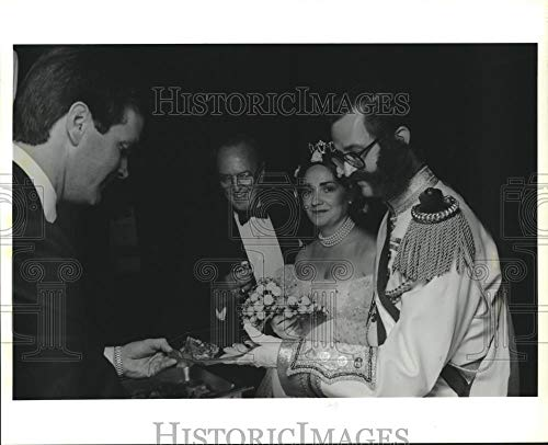 1990 Press Photo Costumed couple being served at Houston March of Dimes ball