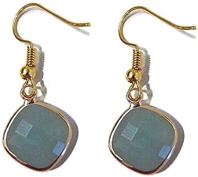 Pendientes colgantes chapados en oro para mujer con una piedra de cristal de forma cuadrada o de Losange verde pálido facetado.