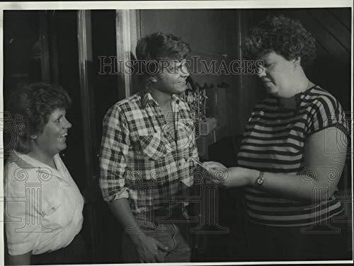 1985 Press Photo Daryl Files with Customer Pierre DeSocio at Grabber's Bar