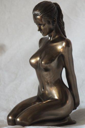 Weiblicher Akt Entspannung Frau kniet Hände hinten bronziert Figur Skulptur