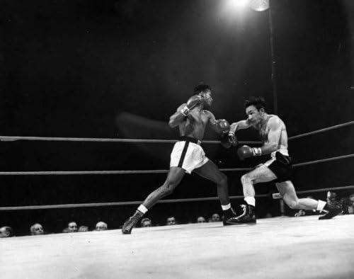 Photo Boxing match between Carmen Basilo (R) and Sugar Ray Robinson.