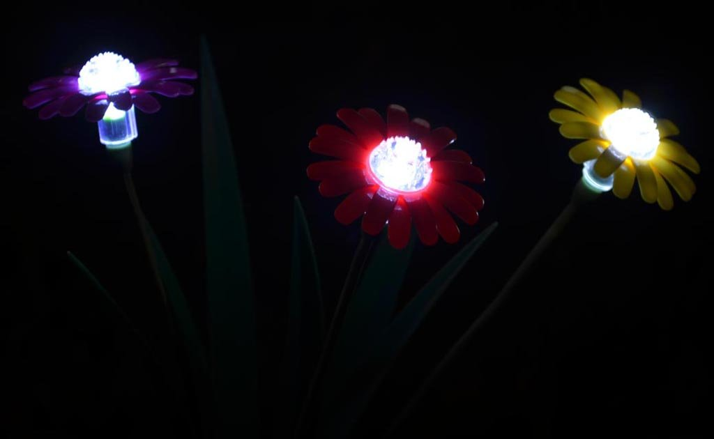 amazoncom solaration 1013drpw daisy solar lawn led lights with red purple and offwhite flowers set of 3 outdoor figurine lights garden u0026 outdoor