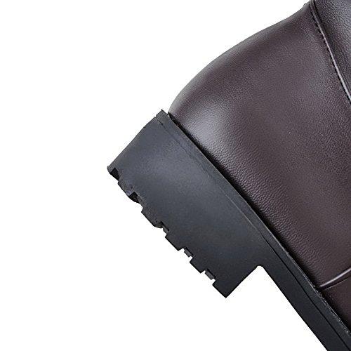 AllhqFashion Damen PU Leder Hoch-Spitze Rein Reißverschluss Niedriger Absatz Stiefel Braun