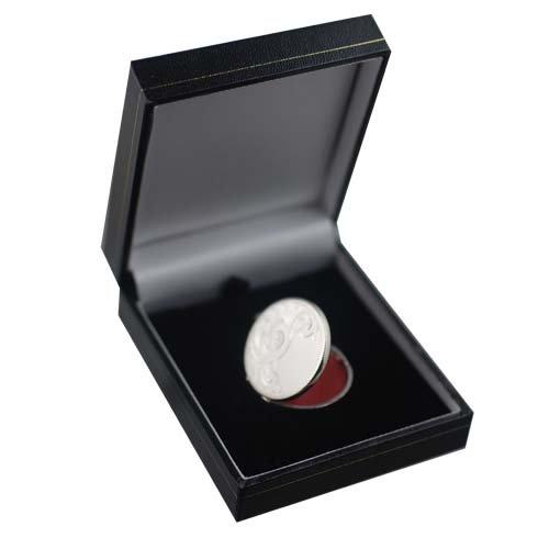 Médaillon rond à loquet en argent, de 29mm gravé à moitié, fait main.