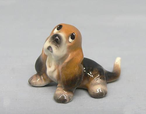 BASSET HOUND Dog Pup Sits Looks Up SUPER MINI Figurine Ceramic HAGEN-RENAKER 3190 by Eyedeal Figurines