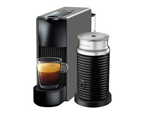 Cafetera Nespresso Essenza Mini con Espumador de leche, Color Gris. (Incluye obsequio de 14 cápsulas de café)