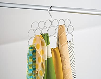 Color dorado//lat/ón corbatas cinturones mDesign Juego de 2 perchas para pa/ñuelos o corbatas Organizador de armarios para colgar toallas Organizador de pa/ñuelos con 18 aros para organizar