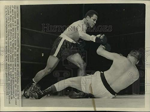 1964 Press Photo Boxer Jose Torres knocks Carl