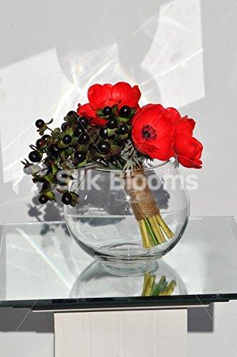 Gorgeous arreglo de rojo anenomes y bayas en un maravilloso oscuro pecera Jarrón