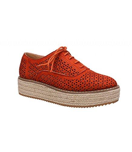 Zapato con plataforma revestida de yute en color natural. Detalle troquelado. Cierre mediante cordones. Altura de la suela 5.5 cm. Naranja