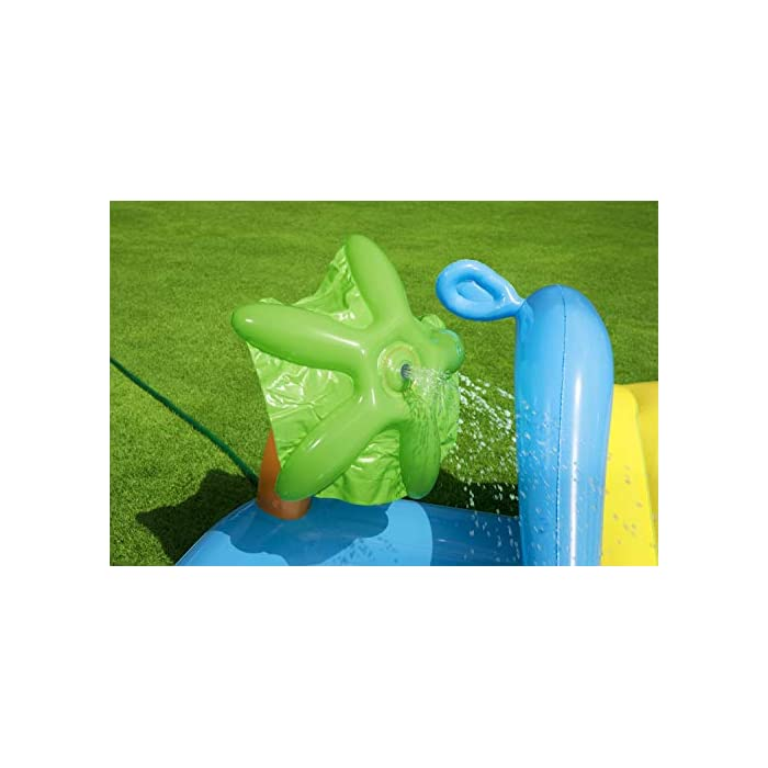415Qj6VuITL Tiene unas medidas de 239x206x86 cm y soporta hasta 45 kg de peso Se debe conectar a manguera de jardín y tiene una capacidad de 308 litros La palmera rociará agua sobre los niños para divertirse
