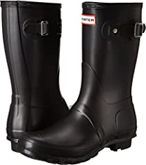 This short rain boot is handcrafted from 28 parts, in the same form as the Hunter Original Tall. The calf length boot is 24cm high compared to 37.5cm on the original tall boot. The Hunter short boot is part of Hunter Original Core Concept - a...