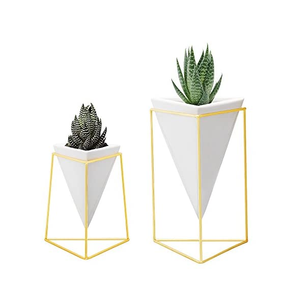 Nellam Modern Geometric Table Vases - Set of 2, 1 x Large, 1 x Small, White Ceramic Porcelain Style Baskets, with Decorative Brass Wire Frames - Accents Blue, Turquoise, and Yellow Flowers - A BEAUTIFUL CONTEMPORARY CENTERPIECE: Each vase makes a perfect gift for any room and living space; elegant geometric sculptures, for floor, desk top, or against dark colored walls for the Boho designer look ATTRACTIVELY PACKAGED GIFT IDEA: This pair of triangular earthenware pot designs, with ornamental polished brass wire holders, measure 6 x 5 1/2 x 8 inch (large) and 4 1/4 x 4 x 5 ¾ inch (small) EXTRA IDEAS TO USE: Need an elegant way to clear your office desk, our planters can stylishly organize pens & stationery; or stand in the bathroom for shower gels, makeup & shampoos - living-room-decor, living-room, home-decor - 416IQDGYWhL. SS570  -