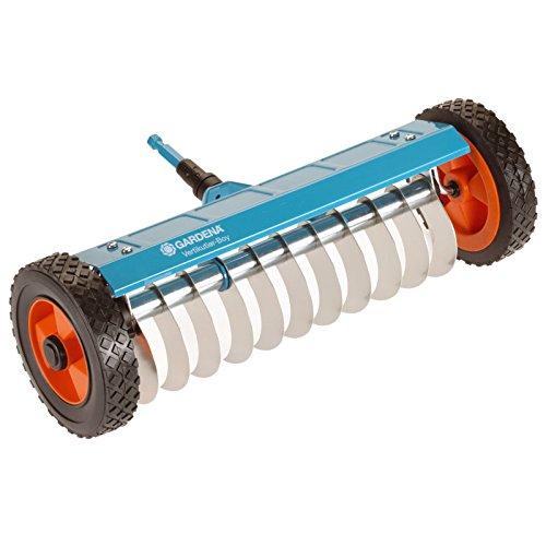 Scarificateur sur roues Combisystem, petit modèle, de GARDENA : scarificateur à main pour enlever la mousse, largeur de travail de 32 cm, roues robustes pour faciliter le travail (3395-20)