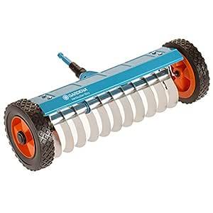 Escarificador con ruedas combisystem de GARDENA: escarificador manual para quitar musgo, maleza y paja, ancho de trabajo 32 cm, robustas ruedas y eje ...