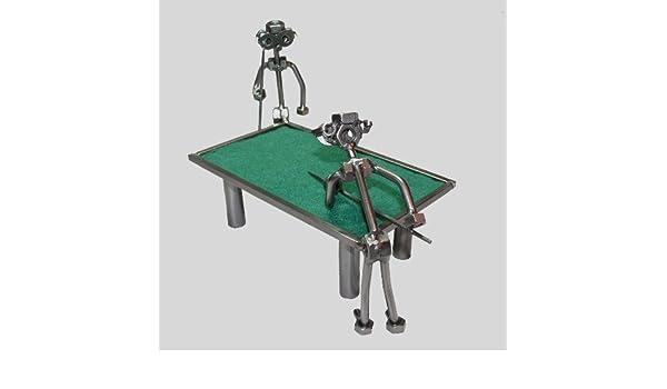 Diseño de hombre sentado con jugadores de billar mesa de billar ...