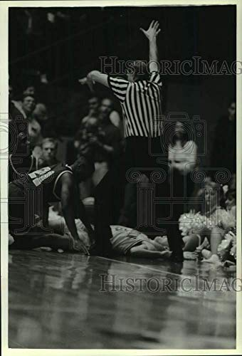 1993 Press Photo One wild part of Wisconsin-Minnesota game was played on floor. - Historic Images