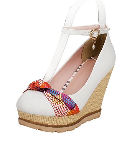 AllhqFashion Damen Mittler Absatz Gemischte Farbe Schnalle Rund Zehe Pumps Schuhe Weiß