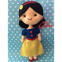 Muñeca artesanal de fieltro inspirada en princesa Blanca Nieves