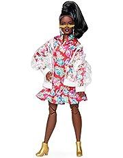 Barbie GHT94 BMR1959 fullt möjligt kurvig modedocka, brunett, i klar vinyl bomberjacka och blommig huvtröja klänning med tillbehör och dockställ