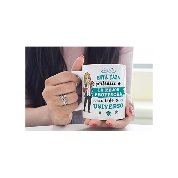 """417PJHXlTtL Las tazas cerámicas de alta calidad como esta, son el mejor regalo para mujeres profesoras y maestras. El dibujo de la taza está hecho con una tinta sublime que la hace resistente para microondas y lavavajillas. Color blanco, 11 oz / 350 ml. Estas tazas regalo serán un recuerdo encantador y duradero ya sea de compañeros de clase, colegas de trabajo, hijos, amigos, padres… Qué mejor que desayunar juntos con esta Taza y decirle: """"Eres la mejor Profesora del Mundo"""" Una bonita y colorida taza para profesoras y maestras que… ¡también es multiusos! No hace falta comprar regalos demasiado sofisticados, pues aunque se denominen """"tazas de café"""" o """"tazas de desayuno"""", también se pueden usar para otros líquidos como té o incluso cerveza. Y valen para mucho más, por ejemplo se pueden usar como decoración (como un jarrón de porcelana china) Ideal como regalo para chicas profesoras y maestras: Tu súper profesora necesita pensar en sus alumnos favoritos todos los días. Pero… ¿no sabes cómo decirle """"gracias profe"""" o """"aprecio tu trabajo""""? Bueno, ¿qué mejor manera que con una taza para la Mejor Profe del Mundo? Nuestras tazas para regalo son sinónimo de buen precio, mensajes divertidos, colores vivos y calidad. Un regalo original único e inolvidable, resistente al uso diario"""