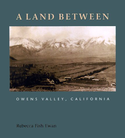 A Land Between: Owens Valley, California (Center Books on Space, Place, and ()