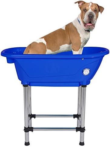 bañera portatil para perro con patas de acero de color azul con perro dentro
