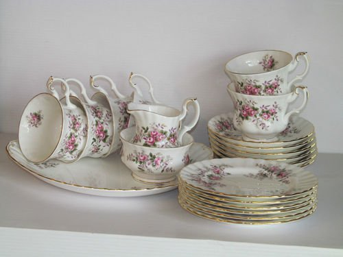 (Royal Albert Lavender Rose Bone China 22 Piece Tea Set Cups Plates Bowls Saucers Tea Pot)