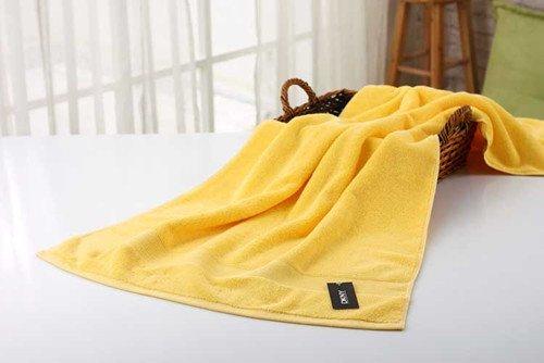Baumwollpaar Wasser verdickte erwachsene Männer reine Farbe bemalte Brust, um das verdickte Badetuch, gelb zu erhöhen