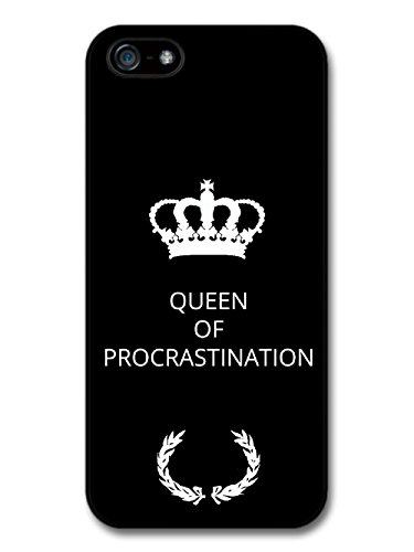 New Funny Queen of Procrastination Gift Idea on Black Design coque pour iPhone 5 5S