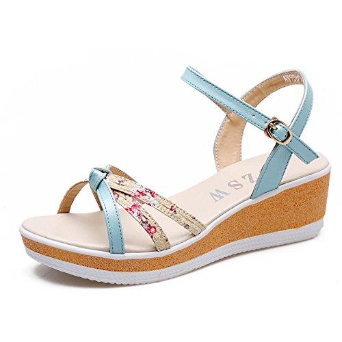 Con sandalias de deslizamiento en la parte inferior de la arena con una cómoda sandalias Luz azul