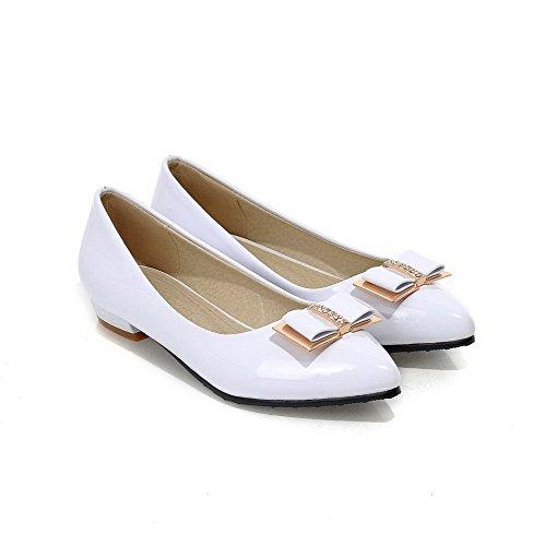 AllhqFashion Damen Spitz Zehe Ziehen auf PU Leder Rein Niedriger Absatz Pumps Schuhe Weiß