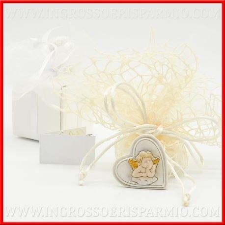Cuore in resina binaca con al centro un angioletto custode portafortuna con ali dorate posato su una nuvoletta bianca - Bomboniere comunione,battesimo,nascita (kit 48 pz + confezione)