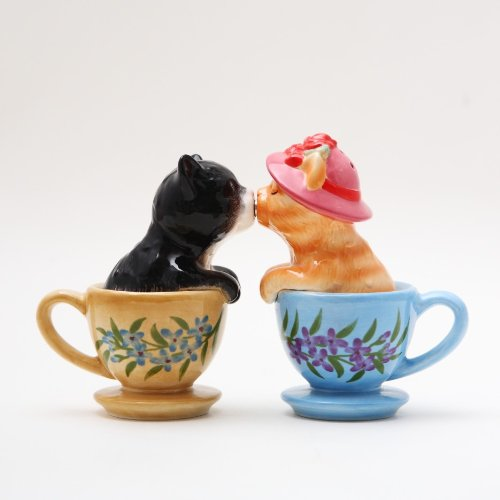 salt and pepper shakers kissing - 3
