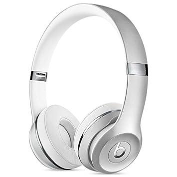 En la oreja los auriculares inalámbricos Beats Plata