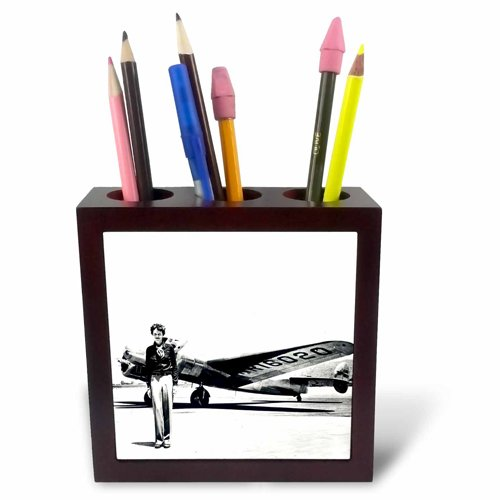 3dRose ph_62531_1 Old Photo of Amelia Earhart with Lockheed Electra Model 10-Tile Pen Holder, 5-Inch ()